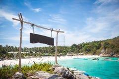 Hölzerne leere Zeichenrichtung auf Strandbucht, Phuket Stockfoto