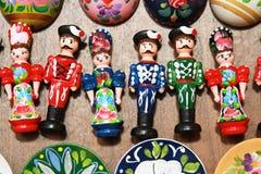 Hölzerne Puppen in den ungarischen Volkskostümen als Andenken Lizenzfreie Stockfotos
