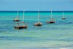 Hölzerne Segelboote auf Wasser Stockbild