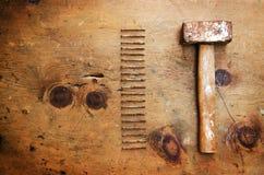 Hölzerne Tabelle der Weinlese mit Hammer und Nägeln Lizenzfreies Stockbild