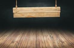 Hölzerne Tabelle mit hängendem Holzschild Stockbilder