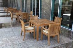 Hölzerne Tabellen und Stühle Stockbild