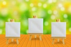 Hölzerne Tischplattenatur verwischte Hintergrund und Gestell mit einem b Stockbilder