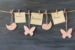 Hölzerne Zahlen mit den Wörtern: Frieden, Freundschaft, Liebe Lizenzfreies Stockfoto