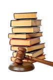 Hölzerner Hammer und alte Gesetzbücher Stockfotos