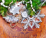 Hölzerner Hintergrund des neuen Jahres mit schönen Dekorationen Lizenzfreies Stockbild