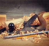 Hölzerner Hobel und Schnitzel Stockfoto