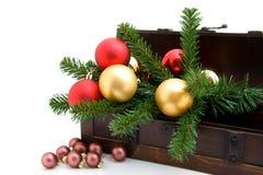 Hölzerner Kasten mit Weihnachtsdekoration Stockbilder