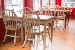 Hölzerner Küchenstuhl und -tabelle der Weinlese Stockbilder