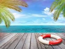 Hölzerner Pier mit Ozean- und Palmenblättern Stockbilder