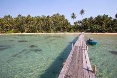 Hölzerner Pier und Boot auf dem Strand von Koh Kood-Insel, Thailand Lizenzfreies Stockfoto