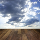 Hölzerner Plattformboden über Hintergrund des blauen Himmels Stockbild