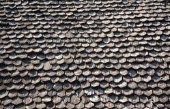 Hölzerner Schindel auf dem Dach Stockfotografie
