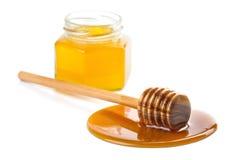 Hölzerner Schöpflöffel mit dem Honig und Flasche getrennt Lizenzfreie Stockfotos