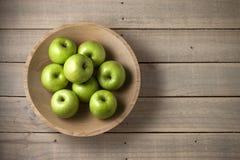 Hölzerner Schüssel-Apfel-Hintergrund Lizenzfreie Stockfotografie