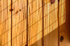 Hölzerner Wandhintergrund in einem Morgenlicht Stockbilder
