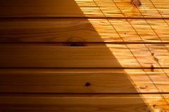 Hölzerner Wandhintergrund in einem Morgenlicht Stockbild