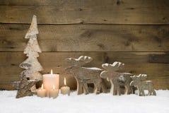 Hölzerner Weihnachtsbaum mit Elchen oder Ren, vier Kerzen auf Holz Lizenzfreie Stockfotos