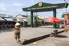 Hölzernes Bezirkszeichen an den Stadtränden von Ho Chi Minh Stockfoto