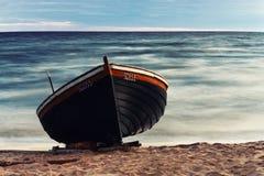 Hölzernes Boot auf dem Strand Stockfotografie