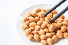 Hölzernes Essstäbchen mit Erdnussimbiß Stockfotos