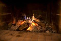 Hölzernes Feuer, das in einem Ziegelsteinherd brennt Stockbild