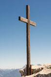 Hölzernes Gipfelkreuz in den Alpen Stockfoto