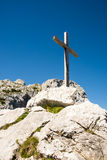 Hölzernes Gipfelkreuz in den Alpen Stockbilder