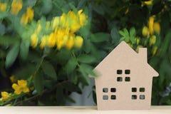 Hölzernes Spielzeughaus mit Blütenbaum Lizenzfreie Stockfotos