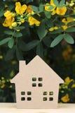 Hölzernes Spielzeughaus mit Blütenbaum Stockfotos