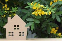 Hölzernes Spielzeughaus mit Blütenbaum Stockbilder