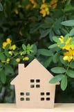 Hölzernes Spielzeughaus mit Blütenbaum Lizenzfreies Stockbild