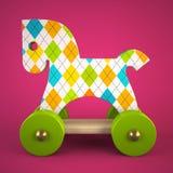 Hölzernes Spielzeugpferd auf purpurrotem Hintergrund Stockfotos