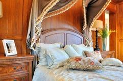 Hölzernes verziertes Schlafzimmer und Möbel Lizenzfreie Stockfotografie