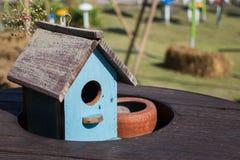Hölzernes Vogelhaus auf dem Tisch verziert Stockfotos