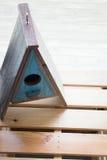 Hölzernes Vogelhaus auf dem Tisch verziert Lizenzfreies Stockfoto
