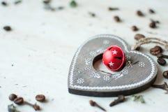 Hölzernes Weihnachtsspielzeug auf dem Tisch Herz, Kaffeebohnen und Gewürze Rustikaler Weihnachtshintergrund Lizenzfreies Stockbild