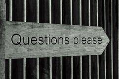 Hölzernes Zeiger-Zeichen mit den Wort-Fragen gefallen Lizenzfreies Stockbild