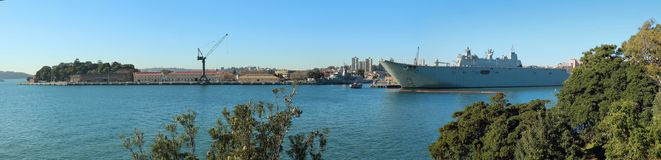HMAS Adelaide in Sydney Harbour stock fotografie
