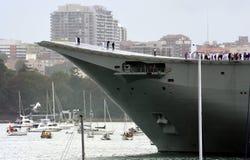 HMAS Canberra lämnar hamnen Arkivbild