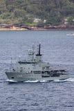 HMAS Leeuwin en Leeuwin grupp av hydrografiska granskningsskyttlar fungerings av den kungliga australiska marinen i Sydney Harbor royaltyfria bilder