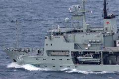 HMAS Leeuwin en Leeuwin grupp av hydrografiska granskningsskyttlar fungerings av den kungliga australiska marinen i Sydney Harbor royaltyfri bild