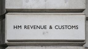 HMEN Revenue och egenar undertecknar på en byggnad i Whitehall, London, England, UK royaltyfria bilder