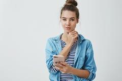 Hmm interessante Idee Durchdachter schöner kreativer junger begabter weiblicher Künstler der Atelieraufnahme, der den smirking  stockbilder