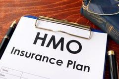 HMO-Versicherung auf einer Tabelle stockfotos