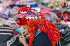 Hmong妇女人是农产品五颜六色的服装贸易在LAOCAI 免版税库存照片