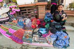 Hmong妇女卖纪念品, Sapa,越南 免版税库存照片