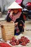 Hmong妇女在一个市场上在Sapa 免版税库存照片