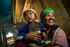 Hmong小山部落妇女为与儿子的画象摆在 免版税库存图片