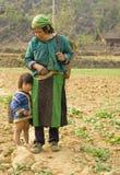 Hmong母亲和她的女儿 免版税库存照片